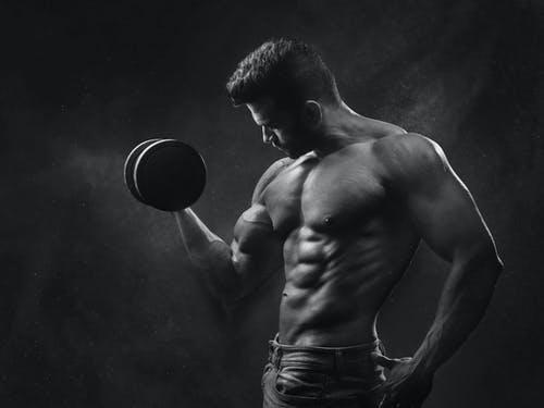 Demostrar la máxima definición con L-Arginina. Nutrición deportiva y suplementos de proteínas para gym.